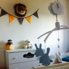 Et la chambre du petit frère Jules, décorée par Cabane Kids avec le mobile anges lapins bleus de Trousselier, la peluche lapin Jellycat et le le trophee. Cabane Kids, Toulon : Concept store pour infants.