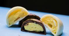 Quer dar um toque especial aos ovos de Páscoa neste ano? Aposte em um recheio diferente: um saboroso creme de maracujá eleva o doce a outro patamar