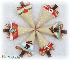 Vintage Christmas Ornaments, Christmas Stockings, Felt Crafts, Christmas Crafts, Christmas Villages, Christmas And New Year, Projects To Try, Santa, Facebook