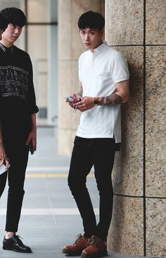 Men's street style HOLIGAN i have hopelessly fallen in love with this model Korean Fashion Men, Korean Street Fashion, Mens Fashion, Fashion Trends, Men Street, Street Wear, Raining Men, Asian Men, Stylish Men