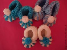 How to Easily Knit Cute Pom-pom Decorated Baby Booties Baby Booties Knitting Pattern, Crochet Baby Booties, Baby Knitting Patterns, Baby Patterns, Knitted Baby, Baby Bootees, Crochet Baby Sandals, Knitted Dolls, Knitting Projects