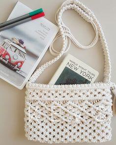 Basic Macrame Knots : Step by Step Guide Knitting Designs, Knitting Patterns, Diy Macrame Wall Hanging, Macrame Purse, Macrame Projects, Crochet Round, Maker, Macrame Patterns, Cute Bags