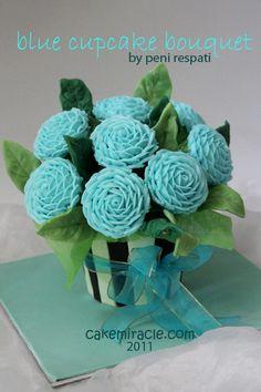 Cake miracle by Peni Respati: blue roses cupcake bouquet Cupcake Flower Bouquets, Edible Bouquets, Flower Cupcakes, Cupcake Centerpieces, Cupcake Arrangements, Cupcakes Flores, Blue Cupcakes, Mini Cakes, Cupcake Cakes