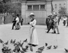 Feeding the pigeons, Boston Common 1910-1920 http://ift.tt/1UjZru0