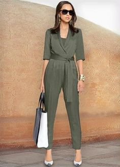 If you love a great blend of elegance and statement cut than jumpsuit is your … Office Fashion, Work Fashion, Hijab Fashion, Fashion Dresses, Mode Outfits, Office Outfits, Chic Outfits, Vetement Fashion, Jumpsuit Outfit