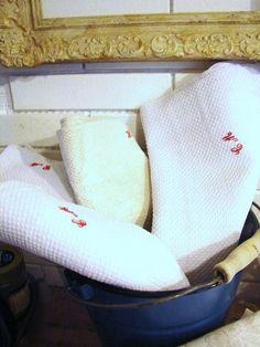Ein großes uraltes handgewebtes Leinenhandtuch. Tolles starkes Leinen aus alter Zeit. Für die Küche oder das Bad. Bauernleinen mit Monogramm und Wabenwebmuster. Unbenutzt. Nur einmal vorgewaschen.