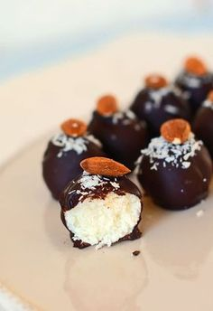 "Kokosowe kulki w polewie czekoladowej ""bomboms de coco"" Coconut Recipes, Baking Recipes, Snack Recipes, Dessert Recipes, Bakery Shop Design, Delicious Desserts, Yummy Food, Polish Recipes, How Sweet Eats"