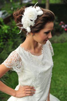 Pente Beatriz com um lindo arranjo de rosas com borboletas feitas em organza, com plumas para cabelos de noivas R$ 320,00. Perfeito para a noiva que deseja usar um coque ou um penteado com cabelo meio preso.