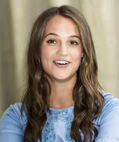 Alicia Vikander Long Straight Casual Hairstyle - Brunette Hair Color with Dark Brunette Highlights A Bob Hairstyles For Fine Hair, Great Hairstyles, Casual Hairstyles, Party Hairstyles, Celebrity Hairstyles, Virtual Hairstyles, Hairstyle Men, Wedding Hairstyles, Dark Brunette