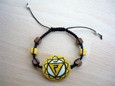 Bracelet macramé et perles bois chakra plexus solaire, jaune marron : Bracelet par art-monize31