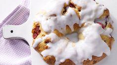 Ein echter Hingucker – das Gebäck wird mit Marzipan und Stachelbeeren gefüllt und aufgerollt: Stachelbeerkranz mit Marzipan | http://eatsmarter.de/rezepte/stachelbeerkranz