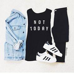 Denim jacket + black skinny jeans outfit.