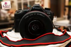 Canon Camera Cake by Dolci Pasteleria Cake Decorating Icing, Birthday Cake Decorating, Cake Decorating Techniques, Decorating Ideas, How To Color Fondant, Crumb Coating A Cake, Camera Cakes, White Food Coloring, Novelty Birthday Cakes