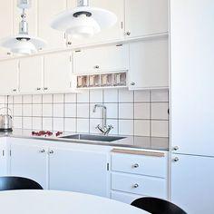 Vid bygge av nytt kök i en funkislägenhet där den ursprungliga inredningen rivits ut, kan man låta sig inspireras av bevarade serveringsskåp eller kanske om originalkök finns i en grannlägenhet. På bilden syns ett av våra specialbeställda kök i vitt ❄️