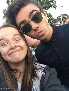 Nathan com fã (@katieeeTW) depois do #TotalAccessLive em Cheshire, na Inglaterra (15 ago.)