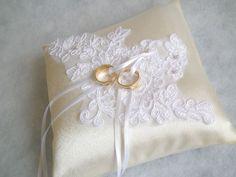 Csipkés esküvői ekrü gyűrűpárna