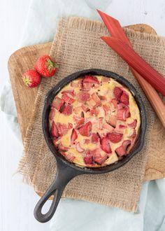 Aardbei-rabarber clafoutis - Laura's Bakery Bbq, Pie Dessert, Bakery, Deserts, Strawberry, Sweets, Fruit, Breakfast, Recipes