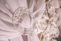 Amikor egyszínű  dekorációt készítünk érdemes eltérő textúrákat alkalmazni és segítségül hívni a fényt és az árnyékot.