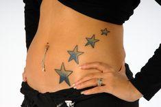 Tatouage quatre étoiles bleues sur le ventre - tattoo ventre, hanche