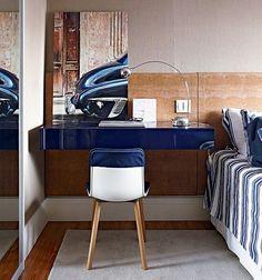 A cabeceira se estende para servir de fundo à bancada de trabalho. Suspenso, o móvel ocupa pouco espaço no quarto. Repare que não encosta na parede, para dar passagem à porta de correr do banheiro. Projeto do arquiteto Nelson Kabarite.