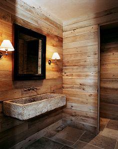 Surowa łazienka w stylu drewnianej chaty to propozycja dla mężczyzn lubiących kontakt z naturą. Idealna do letniego domku w górach lub lesie.
