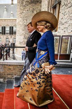 Prinsjesdag 2016: koningin Máxima kiest  voor een nachtblauwe blouse met bijpassende goudkleurige rok met pailletten. Het ontwerp is van de hand van de Deens-Nederlandse ontwerper Claes Iversen.