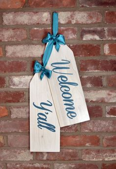WELCOME YALL! These handmade door tags make for great shabby chic decor. Give your front door that unique touch your looking for. The unique Diy Wood Projects, Wood Crafts, Pallet Crafts, Yellow Front Doors, Diy Signs, Wood Signs, Door Tags, Wooden Tags, Unique Doors