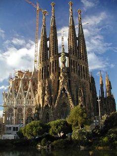 """Sagrada Familia door Antoni Gaudi i Cornet (1852 - 1926). Zijn stijl valt onder Art Nouveau. Hij wordt beschouwd als een grondlegger van de organische architectuur. Hij studeerde architectuur aan de Escola Superior d'Arquitectura. Bij de diploma-uitreiking (1878) zei de direkteur: """"ik heb een dwaas of een genie laten slagen"""". De stijl van Gaudi spreekt mij erg aan door de vormen die hij uit de natuur gebruikt. Erg inspirerend om te zien."""