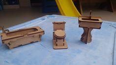 Banheiro Mini <br>Ideal para casinha de bonecas ou para decoração. <br>Em MDF cortado a laser, tampa da privada móvel. <br>Contém três peças: <br>privada 6x6x4 <br>banheira 12x5,5x4 <br>pia 10x6,5x4
