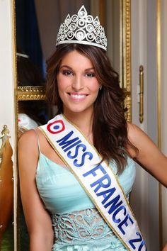 Miss France 2011 Laury Thilleman Laury s'est vu remettre lors de son sacre un splendide diadème créé à partir d'une harmonie de cercles dans lesquels se niche un cristal blanc et dont les contours sont rehaussés de pierres serties dans un rail.