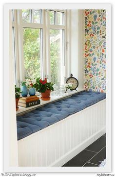 Josef Frank wallpaper at window seat Bay Window Decor, Window Seats, Sunroom Decorating, Deco Design, Scandinavian Home, Furniture Decor, Bedroom Decor, New Homes, House