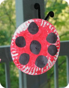 Create a ladybug for your house with a paper plate, some pipe cleaners and some paint. Together you could talk about how many spots you will put on your ladybird. A child aged 36-42 months should be able to count to 3. Preschool Letters, Preschool Projects, Daycare Crafts, Preschool Art, Preschool Bug Theme, Circle Crafts Preschool, Classroom Crafts, Preschool Learning, Letter L Crafts