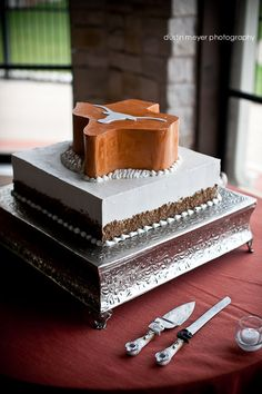 Hook 'em Horns Groom's cake! @Barton Creek Resort & Spa. Photo by Dustin Meyer Photography #bartoncreekresort