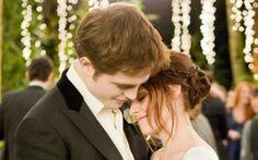 """Para todos os fãs da saga """"Crepúsculo"""", ver o casamento de Bella (Kristen Stewart) e Edward (Robert Pattinson) foi um alívio! Depois de terem prometido, jurado e desafiado todo mundo para provarem que se amam de verdade, o casal conseguiu superar todos os problemas e casar com muito estilo! Bella e Edward vão ter a eternidade para se viverem um grande amor! <3"""