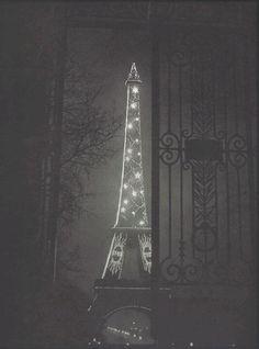Tour Eiffel - Paris (1932). Photo de Brassaï, pseudonyme de Gyula Halász (1899-1984)