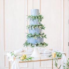 When a cake is just too pretty to eat! We're so ready for springtime after viewing this wedding inspiration featured on @heyweddinglady. Photography by @annaholcombephoto and #poweredbytbl.