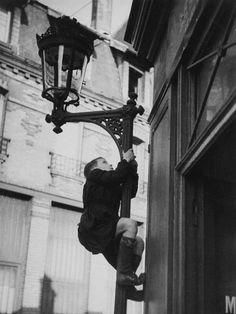 Paris, c. 1935 - Photograph by André Kertész Andre Kertesz, Robert Doisneau, Free Photographs, Vintage Photographs, Old Photography, Street Photography, Old Paris, Paris Paris, Jolie Photo