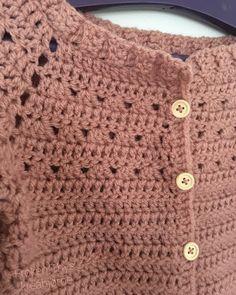 Frøken Thys kreahjørne: Opskrift på hæklet Triangeltrøje Crochet Dress Girl, Crochet Cardigan, Crochet Scarves, Crochet Baby, Knit Crochet, Crochet Ideas, Baby Dress, Baby Kids, Girls Dresses