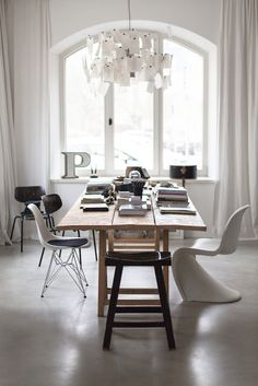 rustic wooden table with trendy dining chairs.Wertvoll - location rental with character. What I want my dining room to look like. Shabby Chic Moderne, Home And Living, Home And Family, Dining Area, Dining Table, Dining Room, Dining Chairs, Loft Industrial, Modern Interior