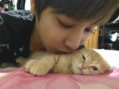 asdfghjkl so cuuute ;_; #chanyeol good to know I'm not the only one who does this to my cat