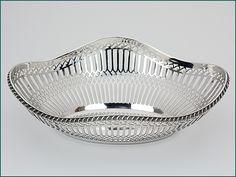 Zilveren cakemand uit 1913 - Hollands zilveren cakemand (kleine broodmand) 2e gehalte Afmeting 25,8 x 19,4 x 7cm Gewicht 261 gram Jaarletter D= 1913 J.M. van Kempen - Voorschoten