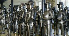 Photographie d'une grande quantité d'armures exposées au musée de l'armée