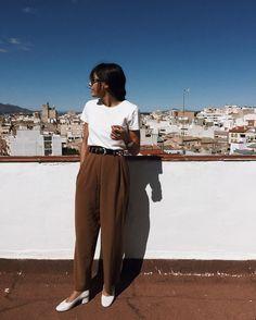 pantalon large marron, t-shirt blanc