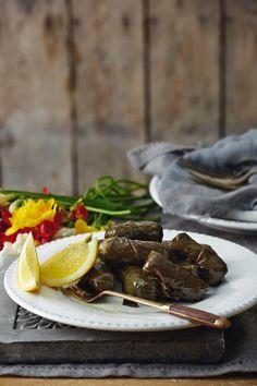 Ντολμαδάκια γιαλαντζί με σταφίδες και κουκουνάρι Platter, Ethnic Recipes, Greek, Food, Essen, Meals, Greece, Yemek, Eten