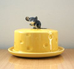 Adorable, covered cheese dish with a sweet little mouse perched on the top. The little mouse has a couple small chips at the top of its ears. Cheese Dome, Cheese Trays, Cheese Dishes, Butter Cheese, Butter Dish, Porcelain Ceramics, Ceramic Pottery, Colour Yellow, Pottery Designs