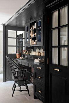 petite cuisine, étagères ouvertes noires