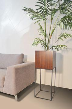 Materiales: Cubo porta maceta en madera de Jacaranda, base en acero negro. Medidas: 0,30 mt x 0,30 mt x 1,20 mt de altura