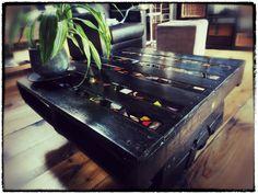 Une table avec mosaïque