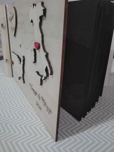 album fotografico in legno realizzato con laser cut. personalizzabile per ogni evento ed occasione da ricordare. all'interno ci sono 20 pagine da personalizzare con foto e scritte. personalizzato e realizzato da seregraphics
