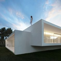 Breeze House by Fran Silvestre 현대적 미학의 하얀 집 맞물린 두 개의 직사각형 볼륨으로 이루어진 ...